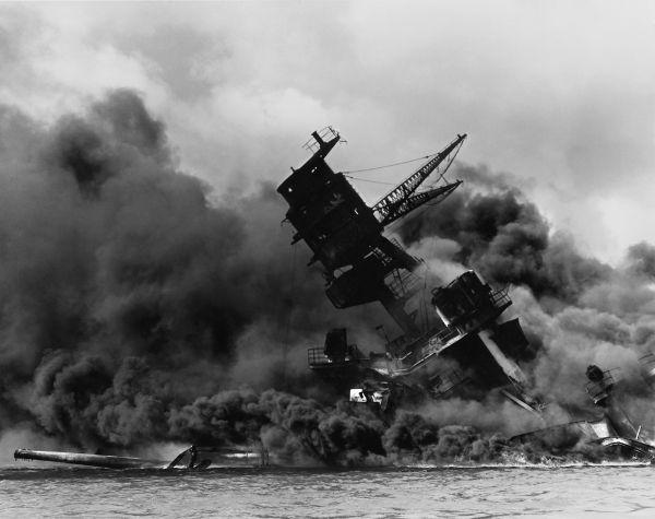 O encouraçado USS Arizona, afundado após o ataque do dia 7 de dezembro de 1941