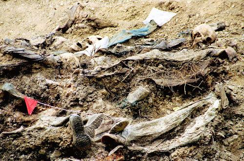 Exumação de cadáveres de vítimas bosníacas do massacre cometido em Srebrenica **