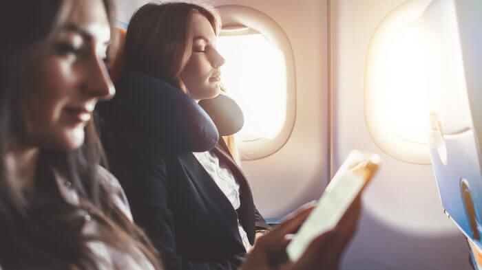 Nem sempre dormir é a melhor opção em viagens de longa duração. Lembre-se sempre de movimentar-se.