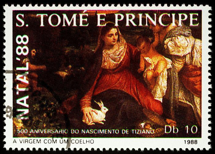 Selo santomense da pintura de Tiziano Vecellio que retrata a Virgem Maria com o coelho branco.*