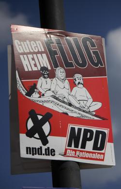 """Cartaz eleitoral do partido nacionalista alemão que diz """"bom voo para casa"""", em alusão aos imigrantes árabes *"""