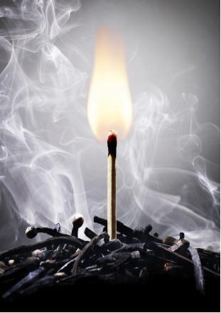 O atrito fornece a energia de ativação para acender o palito de fósforo, que libera calor mantendo a reação até que o reagente acabe