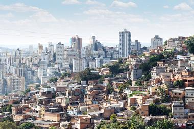Favela à frente com prédios ao fundo, na cidade de Belo Horizonte