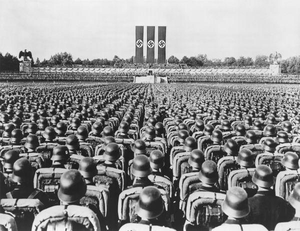 Soldados alemães, em Nuremberg, durante um grande encontro do Partido Nazista realizado em 1936.*