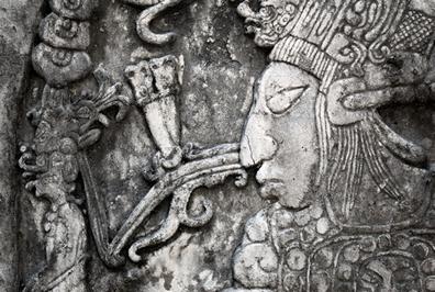 Representação de um antigo maia feito em relevo sobre uma pedra