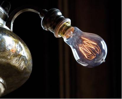 O metal tungstênio possui duas propriedades muito importantes para a sua aplicação em lâmpadas: ele conduz eletricidade e possui alto ponto de fusão