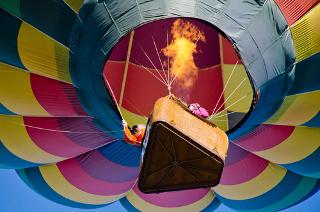 Homens aquecendo o ar para que balão de competição suba