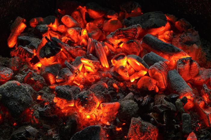 Absorvemos calor sensível quando estamos próximos de uma fogueira com carvão em brasa.