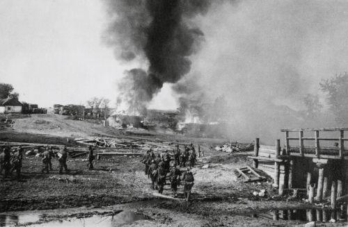 Soldados alemães invadindo a URSS durante a Operação Barbarossa