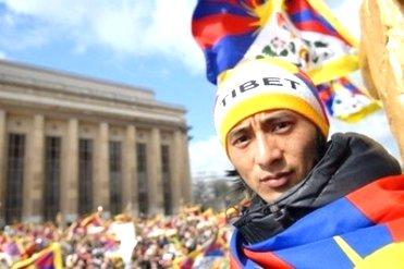 Manifestantes reivindicando a autonomia do Tibet.