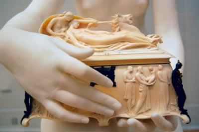 Ao abrir a caixa na frente de seu marido, Pandora liberou todos os males que até hoje afligem a humanidade
