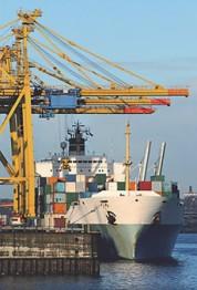 Grande parte do fluxo de mercadorias acontece por meio do transporte marítimo.