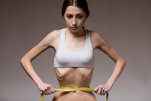 Em casos de anorexia, o paciente pode apresentar uma visão distorcida de seu próprio corpo