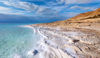 Acúmulo de sal na costa do Mar Morto