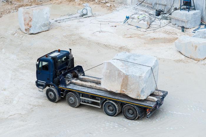 Dirigir caminhões com cargas muito pesadas é perigoso: as cargas em movimento têm inércia muito grande e, portanto, tendem a continuar em movimento.