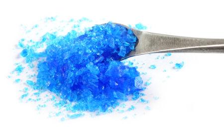 O sal sulfato de cobre II penta-hidratado já foi utilizado na limpeza de piscinas