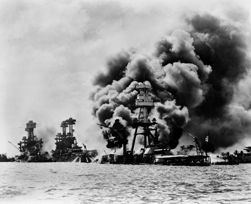 Três encouraçados americanos sob ataque japonês em Pearl Harbor: USS West Virginia, USS Tennessee e USS Arizona
