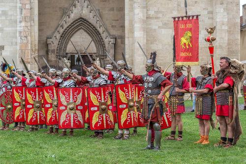 Representação moderna da forma como as tropas romanas vestiam-se e como se organizavam*