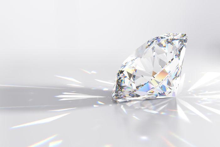 O brilho característico dos diamantes ocorre em razão do ângulo entre suas faces e do seu alto índice de refração.