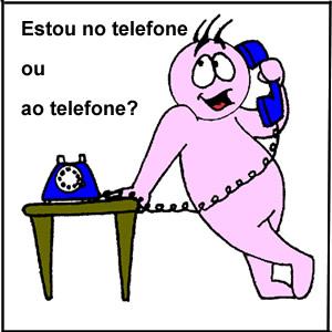 Ao telefone ou no telefone?