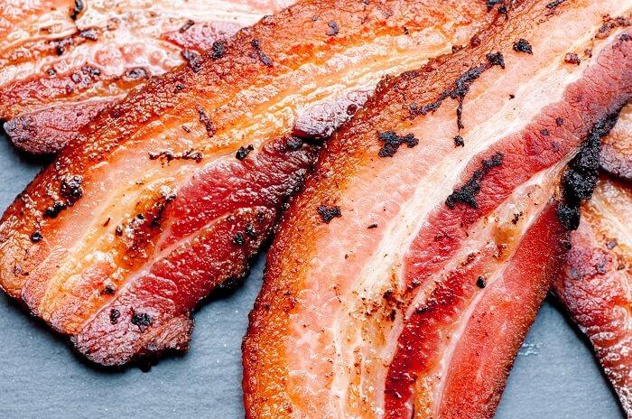 O bacon é um exemplo de carne processada e seu consumo deve ser moderado