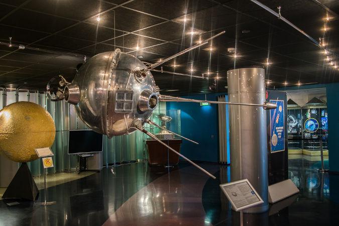 O Sputnik 1, lançado pelos soviéticos em 1957, foi o primeiro satélite artificial lançado pela humanidade.*