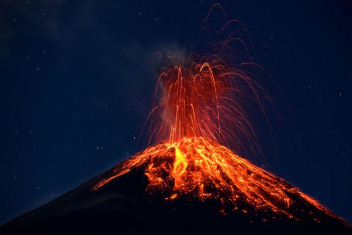 Os vulcões expelem material magmático advindo do interior da Terra.