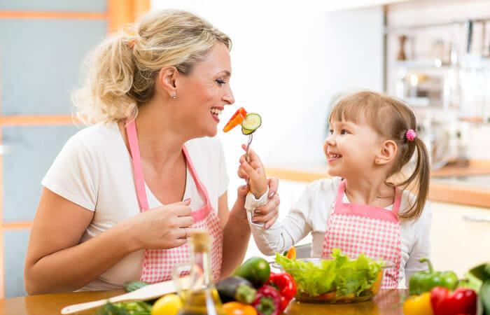 O estímulo a uma alimentação saudável deve se iniciar ainda na infância.