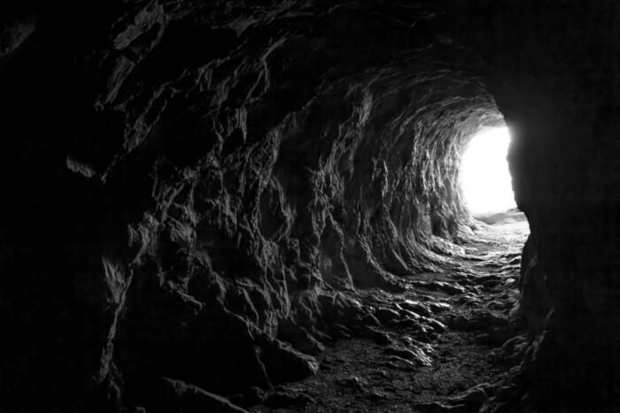 """O Mito da Caverna, ou Alegoria da Caverna, é uma história metafórica narrada por Platão por meio de um diálogo em seu livro """"A República""""."""