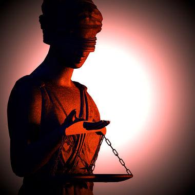 As normas jurídicas, ao contrário das normas morais, têm o sentido de uma obrigação externa fundada nas leis