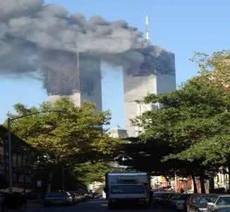 Torres do WTC após a colisão dos aviões comandados por militantes da Al-Qaeda.*