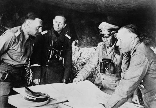 À esquerda, general E. Rommel, comandante da Afrika Korps