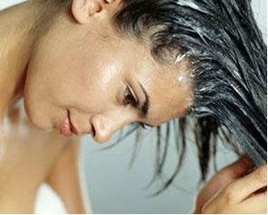 A água oxigenada é muito utilizada no branqueamento de cabelos, fibras têxteis, etc.