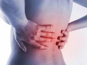 A dor aparece na região baixa da coluna vertebral.