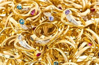 Bijuterias douradas por meio da galvanoplastia