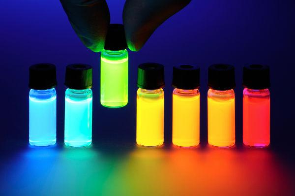 Substâncias fluorescentes, como essas mostradas na foto acima, absorvem luz ultravioleta e emitem luz visível.
