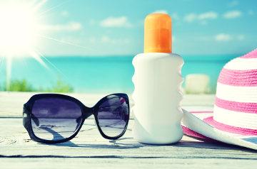 Utilizar óculos de sol, chapéus e filtro solar são algumas das formas de se proteger dos efeitos do sol