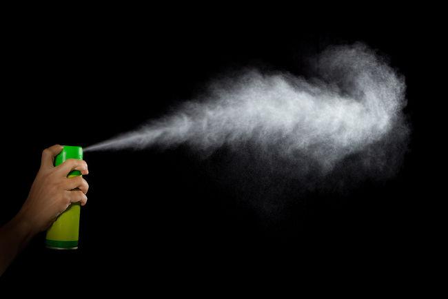Os gases pressurizados dentro das latas de aerosóis são expelidos em velocidades tão altas que não há trocas de calor com o ambiente.
