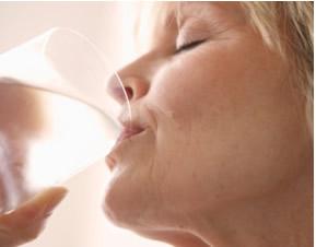 Tomar água acaba com soluços?