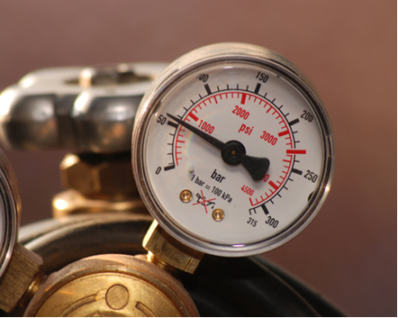 Manômetro mendindo pressão de sistema gasoso