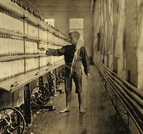 Criança trabalhando em uma fábrica de tecidos nos Estados Unidos, em 1909