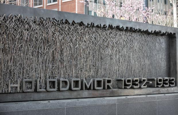 Monumento em homenagem às vítimas do Holodomor, na Ucrânia *