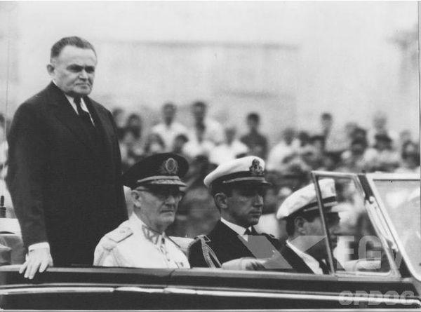 Presidente Humberto Castello Branco (em pé) em passeata militar realizada em 7 de setembro de 1964.*