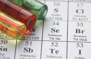 As massas atômicas dos elementos que aparecem na Tabela Periódica levam em conta todos os isótopos naturais que os formam