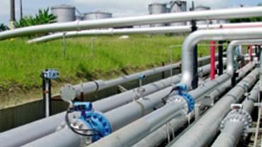 Transporte de líquidos e gases por meio de tubulações.