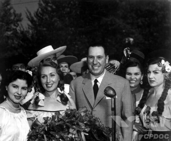 Juan Domingo Perón (de gravata borboleta) foi presidente da Argentina de 1946 a 1955, tendo sido deposto por um golpe militar.*