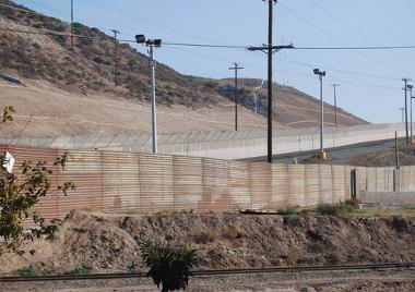 Vista do Muro do México entre San Diego e a cidade de Tijuana