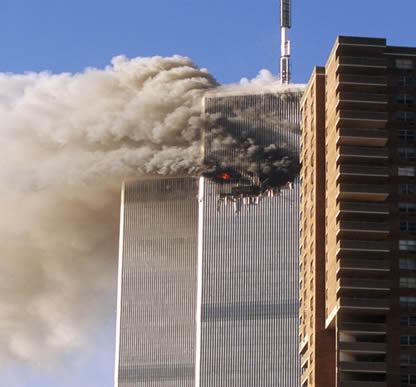 As torres gêmeas em chamas após o atentado terrorista de 11 de setembro.*