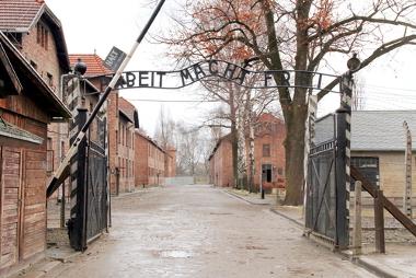 """Acima é possível ler a inscrição irônica no portão do campo de concentração de Auschwitz: """"Arbeit macht frei"""" (O trabalho liberta)"""