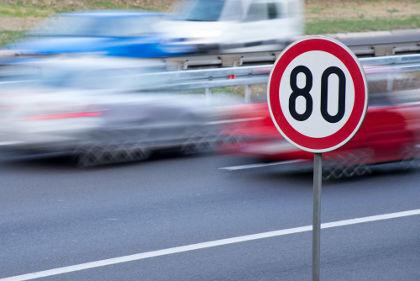 A placa de sinalização de velocidade da figura indica que os carros podem deslocar-se, no máximo, a 80 km a cada hora naquele trecho